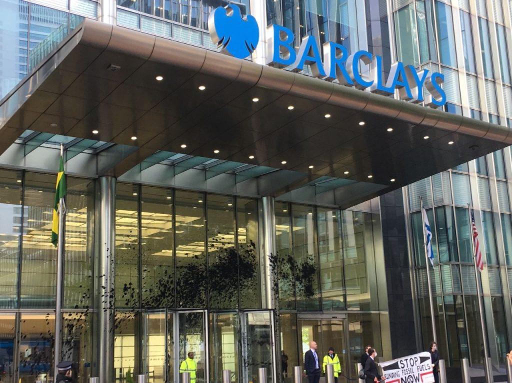Londra'daki Yokoluş İsyancıları Barclays binasını 'sahte petrol'e buladı