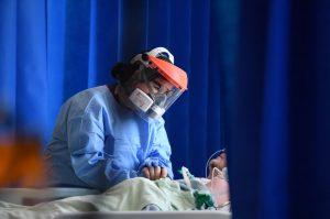 Birleşik Krallık'ta koronavirüs sebebiyle hayatını kaybeden toplam kişi sayısı 33 bin 998