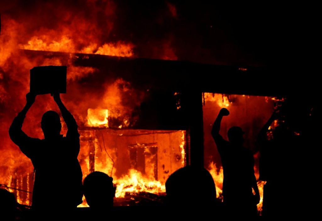 ABD'de sokaklar savaş alanına döndü! Dükkanlar yağmalandı