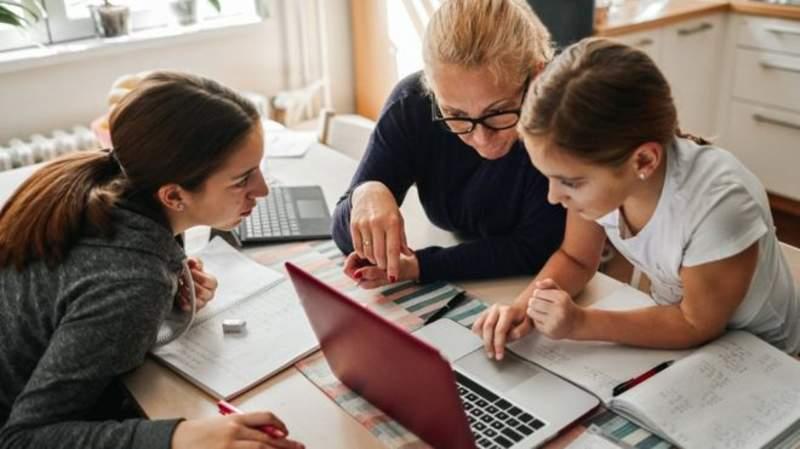İngiltere'de salgın sebebiyle evde eğitim döneminde zengin çocukları eğitim faaliyetine daha fazla zaman ayırıyor