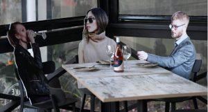 Boş restoranları doldurmak için restoranlar 'kartondan insan' ve oyuncak kullanıyor