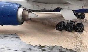 Heathrow Havalimanı'nda iki yolcu uçağı 5 tonluk köpüğün içinde kaldı