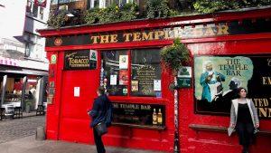 İrlanda'da publar yeniden açıldı; rezervasyon zorunlu, içeride 105 dakika kalınabilecek