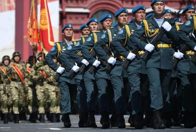 Moskova'da koronavirüs salgınına rağmen Zafer Günü resmi geçidi yapıldı