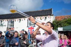 İngiliz milletvekilinden publarda sosyal mesafenin korunması için uzun bardak önerisi