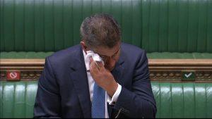 Parlamentoda konuşma yaparken terleyen Ekonomi Bakanı panik yarattı