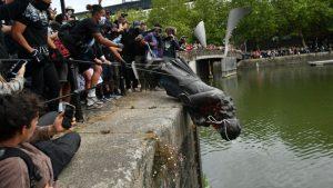 Bristol'deki ırkçılık karşıtı protestoda köle tüccarının heykeli yıkıldı