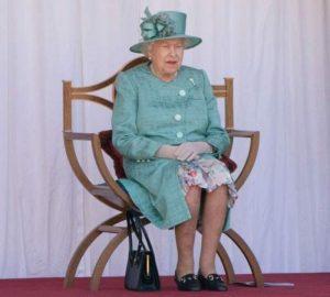 Kraliçe 2. Elizabeth işyerlerine pandemi süresince gösterdikleri yardımseverlik için teşekkür etti