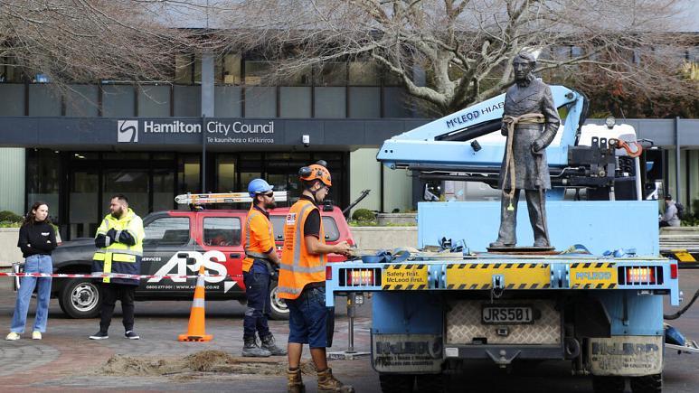 Yeni Zelanda sömürgeciliği hatırlatan İngiliz'in heykelini yıktı