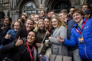 Hollanda koronavirüs krizinden çıkmak için gençlere başvuruyor