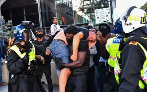 Darp edilen aşırı sağcıyı kurtaran siyahi protestocuyu konuşuyor