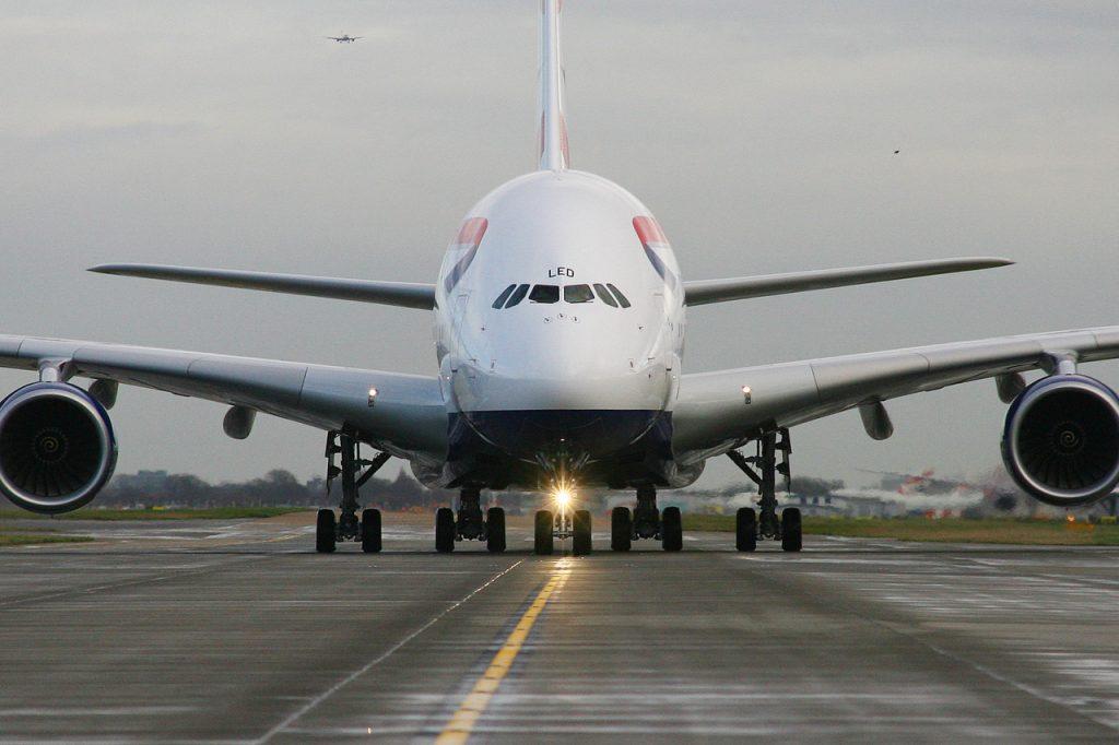 Yurtdışından gelenlere karantina uygulayacak olan İngiltere'ye 500 şirket dava açıyor