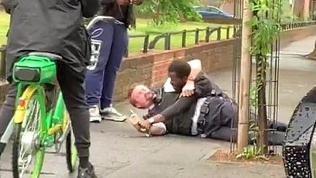 Hackney'de polis memurunu aralarına alıp dövdüler