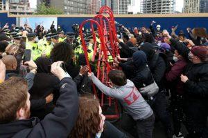 Londra'daki ırkçılık karşıtı protestolarda 27 polis yaralanmış