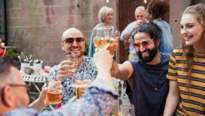 İngiltere'de publar, bira bahçeleri ve restoranlar 'bu ay açılabilir'