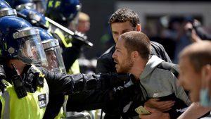 Londra'da polisle çatışan göstericilere sokağa çıkma yasağı