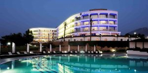 İngiltere'den giden biri kişi karantina otelinde balkondan yere düştü