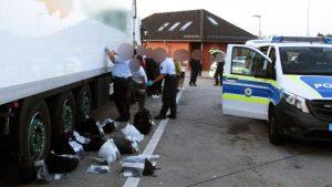 Almanya'da Türkiye plakalı bir TIR'da 31 kaçak göçmen yakalandı
