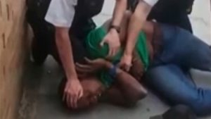 Londra'da polisten ırkçı saldırı