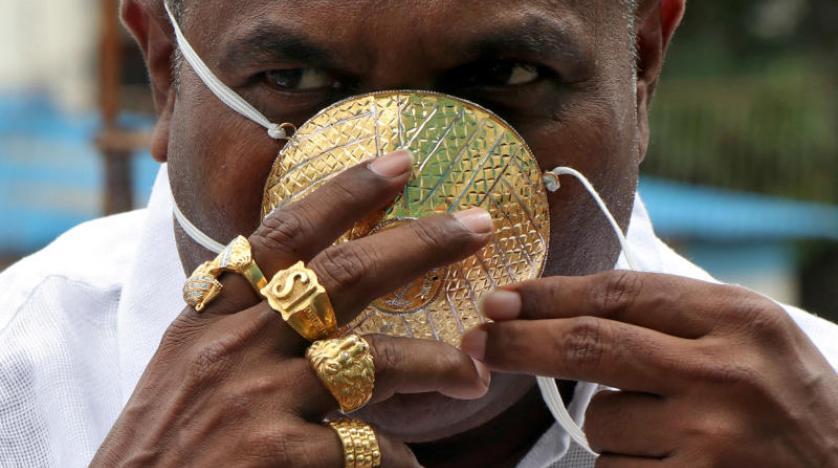 Altın maske takan Hintli adam görenleri şaşkına çevirdi