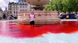 Londra'da hayvan hakları savunucuları havuzlara kırmızı boya döktü