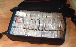 Haringey'de polis baskını: 500bin pound ele geçirildi