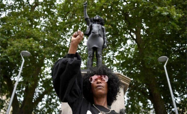 Köle tacirinin heykelinin yerine protestocunun heykeli dikildi