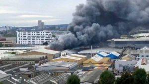 İngiltere'de 2 katlı binada büyük yangın