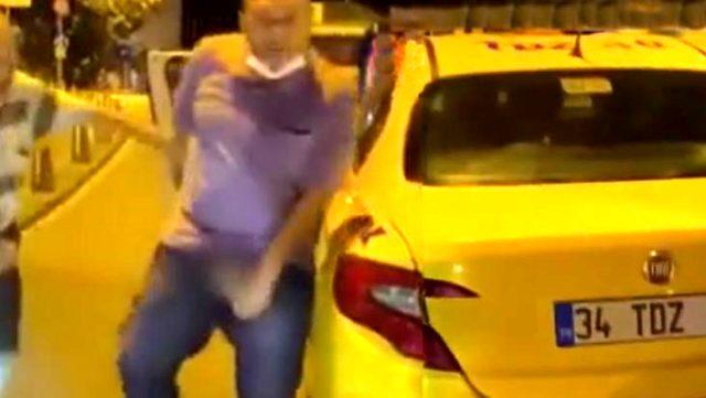Taksici tartıştığı sürücüye cinsel organını gösterdi