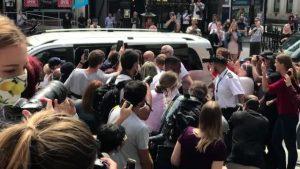Johnny Depp'e mahkeme girişi hayranlarından yoğun ilgi