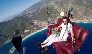 Paraşüt pilotu koltukla havada uçup televizyon izledi