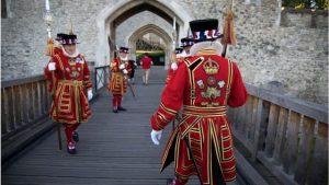 İngiltere Kraliçesi'nin muhafızları işten çıkartılıyor