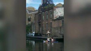 Londra'da balerinden nehir kenarında gösteri