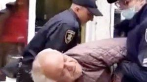 Polis, maske takmayan yaşlı adamı sokak ortasında darp etti