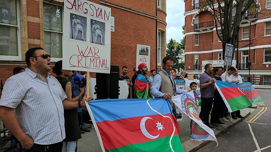 Londra'da Ermenistan elçiliği önünde protesto