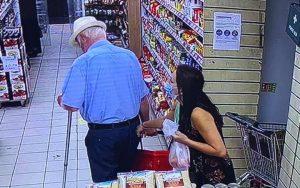 Enfield'de yaşlı toplum üyemizin cüzdanını çalan hırsız aranıyor