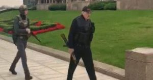 Belarus Devlet Başkanı, çelik yelek ve elinde otomatik silah ile görüldü