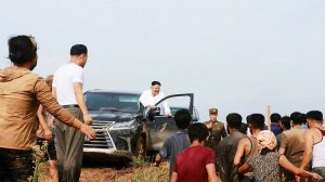 Kim Jong-un'u karşılarında gören köylüler ne yapacaklarını bilemedi