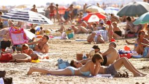 Fransa polisi üstsüz güneşlenen kadınlara 'giyinin' dedi