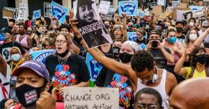 ABD'de polisin siyah bir erkeğe 7 el ateş etmesi ardından başlayan protestolara karşı ulusal muhafızlar görevlendirildi