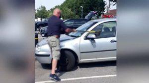 İngiltere'de sahibi tarafından sıcakta araç içerisinde bırakılan köpek kurtarıldı