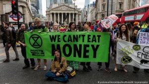 İngiltere'de çevreciler, hükümetten iklim değişliğinin önlenmesi için acilen adım atmasını istedi
