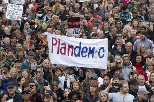 """İngiltere'de Covid protestosu: """"Hükümet yalan söylüyor virüs yok!"""""""