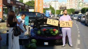 Beyoğlu'nda lüks otomobilde karpuz satan İranlı konuştu