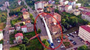 Boyu 65 metre, ağırlığı 18 ton: Türbin kanadı binaların arasından taşındı