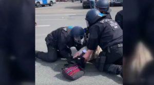 Alman polisinden şiddet