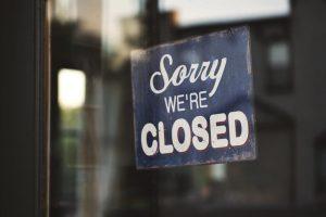 İngiltere'de Kovid-19 önlemleri kapsamında bar ve restoranlar erken kapanmaya başladı