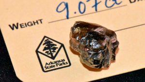 Yürüyüş yaparken 9 karatlık elmas buldu