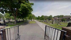 Kimseye aldırış etmeden mezarlıkta cinsel ilişkiye giren çift, büyük tepki çekti