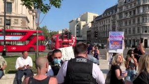 İngiltere'de 6'dan fazla kişinin bir araya gelmesinin yasaklanması protesto edildi